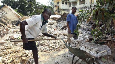 Haitierna fortsätta röja efter skalvet i januari