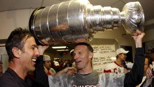 Dominik Hasek och Chris Chelios med Stanley Cup-pokalen.