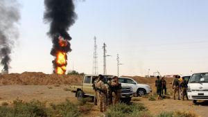 Kurdiska Peshmerga-soldater utanför en oljeanläggning nära Kirkuk efter en IS-attack i juli 2016.
