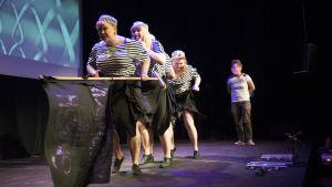 Burlesque-gruppen the Ravishing Byrds uppträder i Sverige