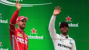Sebastian Vettel och Lewis Hamilton vinkar