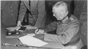 Tyska generalfältmarskalken Wilhelm Keitel undertecknar dokumenten gällande kapitulation i Berlin maj 1945