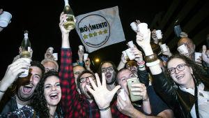 Femstjärnerörelsens anhängare firar Raggis seger i Rom.