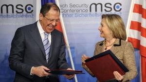 Rysslands utrikesminister Sergej Lavrov och USA:s tidigare utrikesminister Hillary Clinton i München 2011.
