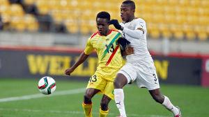 Patrick Kpozos (till höger) Ghana föll ut mot Mali i U20-VM i Nya Zeeland.