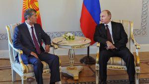 Vladimir Putin under ett möte med Kirgizistans president Almazbek Atambajev i S:t Petersburg 16.3.2015.