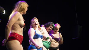 Burlesquegruppen The Ravishing Byrds visar upp alla sorters kroppar på scen