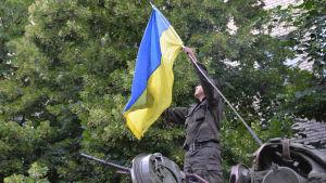 Ukrainska soldater jublar efter återerövringen av Slovjansk.