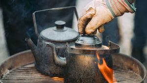 kaffepanna på utegrill