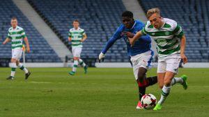 Rangers Serge Atakayi i Youth Cup-finalen 2017 i kamp om bollen med Calvin Miller från Celtic.