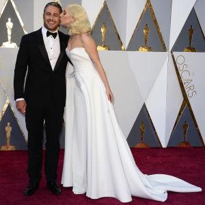 Lady Gaga kysser Taylor Kinney