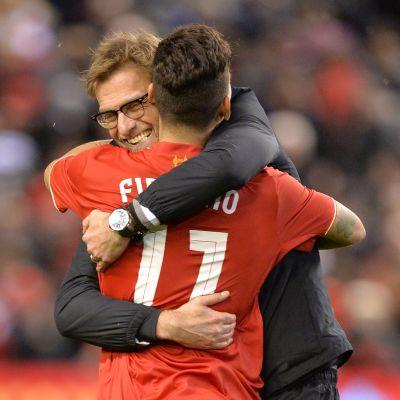 Jürgen Klopp omfamnar Roberto Firmino efter straffdramat som förde Liverpool till ligacupfinal.
