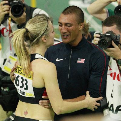 Ashton Eaton gratulerar Brianne Theisen-Eaton efter VM-guldet.