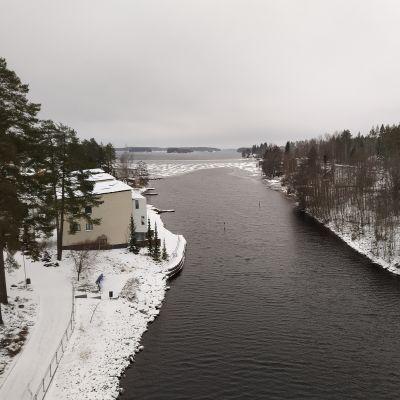 Maisema sulalle Kallavedelle Keilankannan sillalta joulukuussa 2020