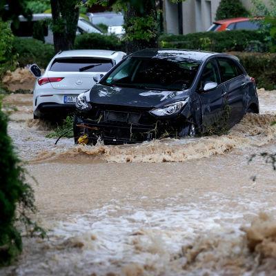 Parkerade bilar mitt i översvämningen.