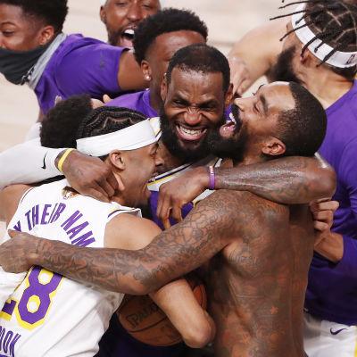 LeBron James firar NBA-titel med sina lagkamrater.