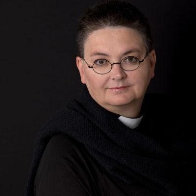 kvinna i prästdräkt