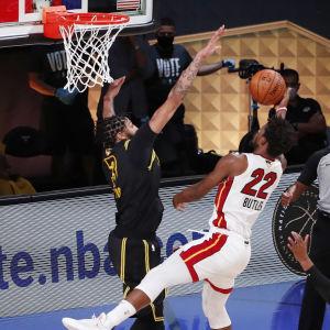 Jimmy Butler försöker göra poäng mot Lakers.