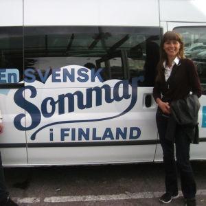 Alf och Ragnhild framför fiilisbussen