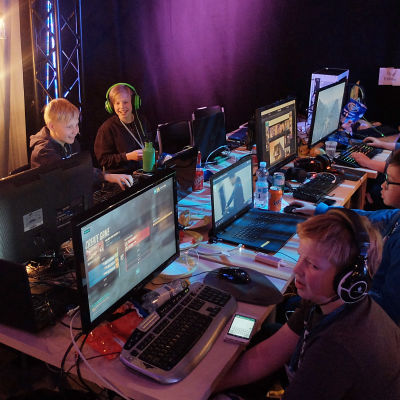 Barn som har kul på Hajbo Epic Night Battle 2017