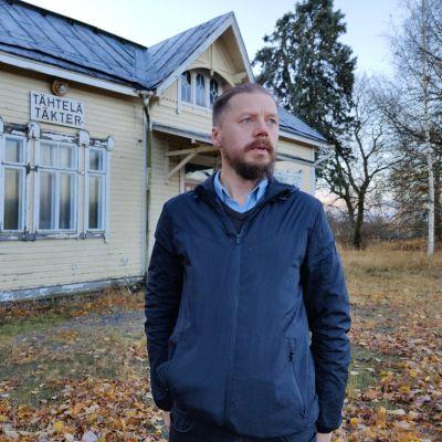 Ilmari Viljanen utanför Täkter tågstation.