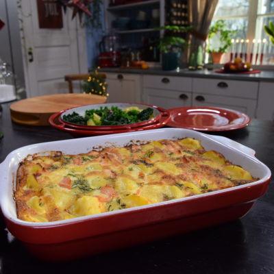 Laxpudding och frisk grönkålssallad på ett bord i ett kök