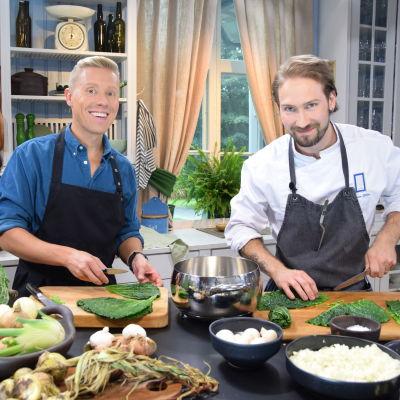 Två leende män i ett kök