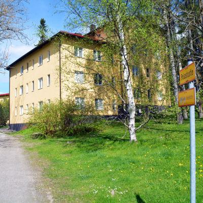 Räddningsväg in till ett gult flervåningshus.