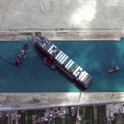 Ever Given alus jumissa Suezin kanavassa.