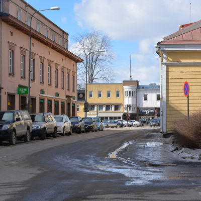 En gata med hus.