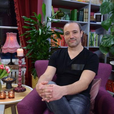 Alexey Kriventsov sitter i Strömsös bibliotek med händerna i kors på knät