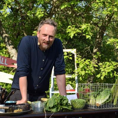 Strömsö kocken Anders Samuelsson vid ett bord i trädgården