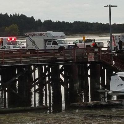 Ambulanser väntar vid kajen efter att en valskådningsbåt sjönk utanför Vancouver Island.