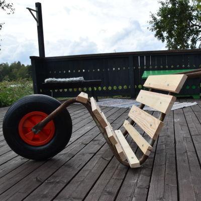 Kottikärrystä tehty polttopuukärry