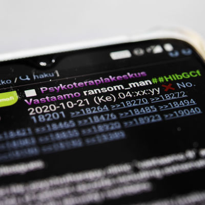 Mobilskärm med bland annat Psykoterapicentret Vastaamos logotyp. På skärmen syns ett inlägg som innehöll länkar till klientdata från Vastaamo.