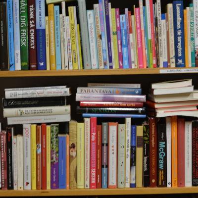 massor av böcker i en bokhylla, fullproppat