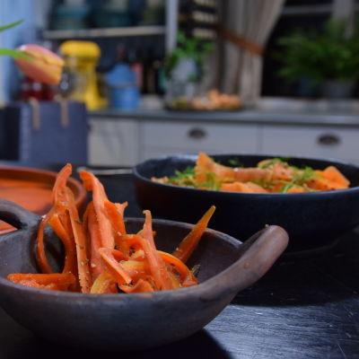 Kulhollinen makeita porkkanoita sekä kulhollinen porkkana salaattia