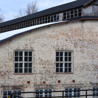 Stora smedjan vid Billnäs bruk utifrån på vintern.