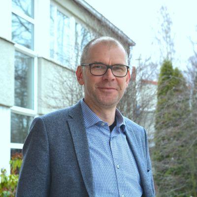 Närbild av rektor Bob Karlsson utanför Ekenäs högstadieskola.