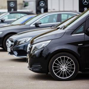 Mercedes-Benz-bilar på rad.