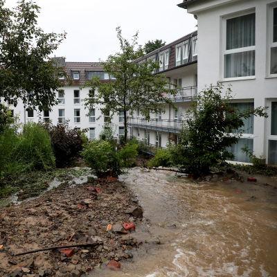 Översämningar i Hagen vid ett stort flervåningshus med många lägenheter.