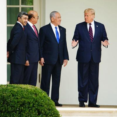 USA:s president (till höger) står och pratar med Israels premiärminister Benjamin Netanyahu, Bahrains utrikesminister Abdulatif al-Zayani och Förenade Arabemiratens utrikesminister.