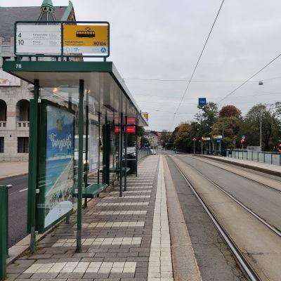 En tom spårvagnshållplats.