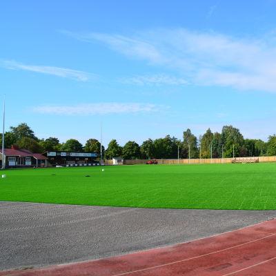 Centrumplan i Ekenäs har fått sitt nya konstgräs.
