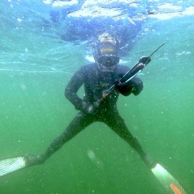 Tom Nylund harpunfiskar på Island.