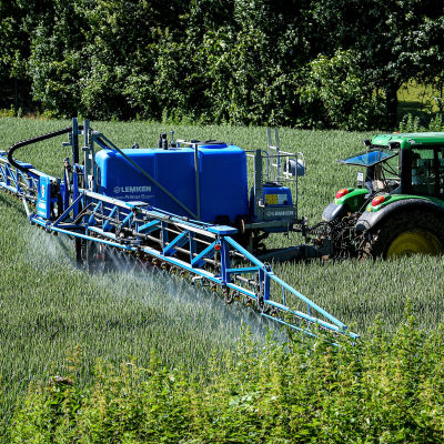 Belysande bild av en traktor som sprutar bekämpningsmedlet Roundup.