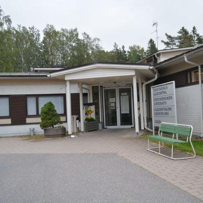 En byggnad i Sjundeå där bäddavdelningen och hälsocentralen finns.