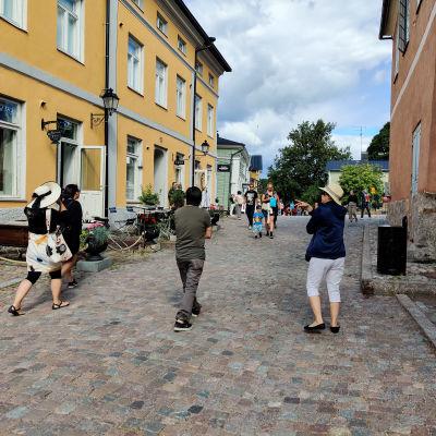 Folk som promenerar på en gågata en sommardag.