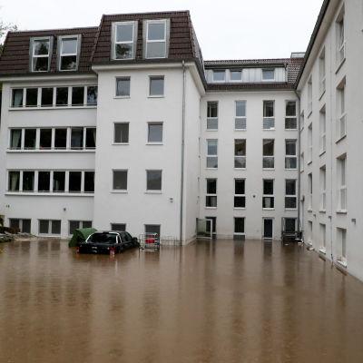 Översvämningar i Hagen vid ett stort flervåningshus med många lägenheter.