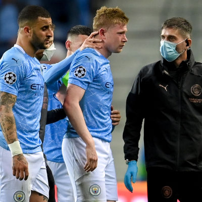 En skadad Kevin de Bruyne lämnar Champions League-finalen.